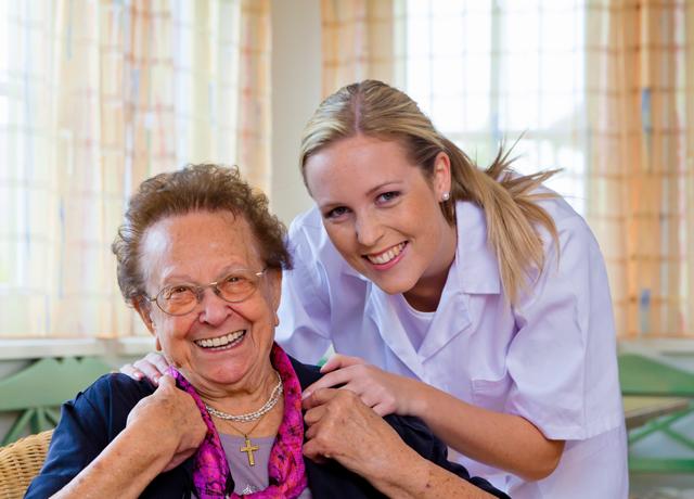 Ältere Dame wird von junger Frau betreut