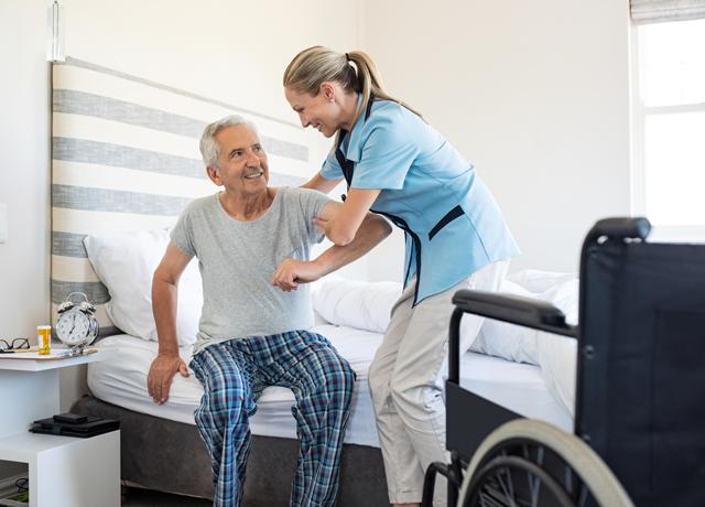Mann wird bei der Pflege zu Hause von Spitex-Personal unterstützt